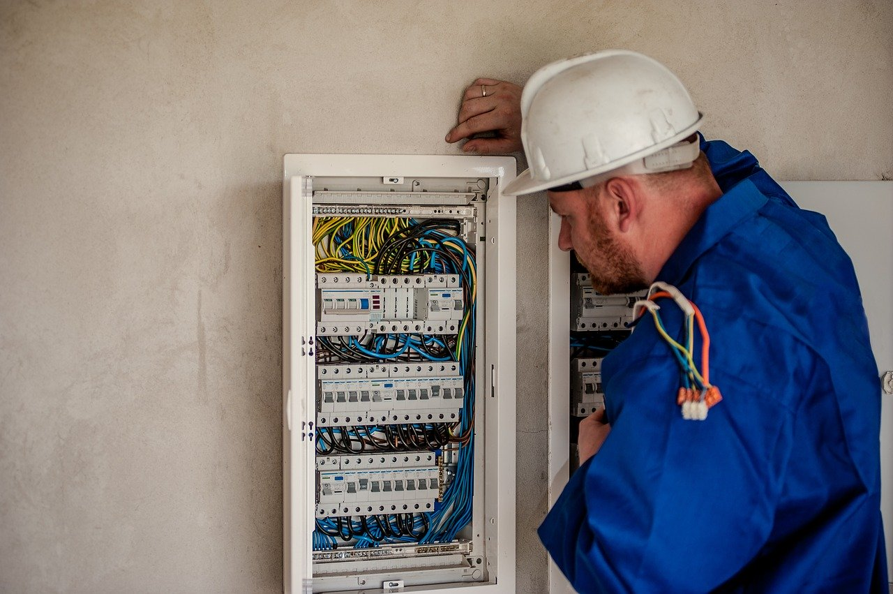 7 Reasons Why You Should Consider Becoming an Electrician