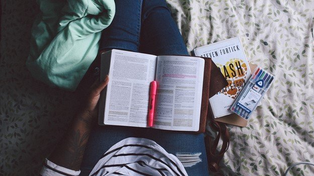 Top 4 College Textbook Rental Programs to Cut Your College Budget